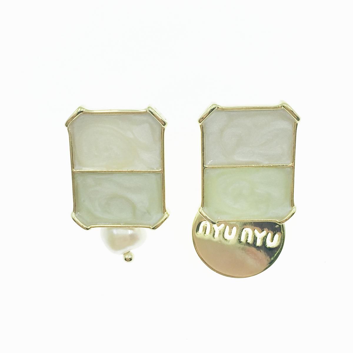韓國 925純銀 不對稱 撞色 珍珠 英文字牌 垂墜感 耳針式耳環
