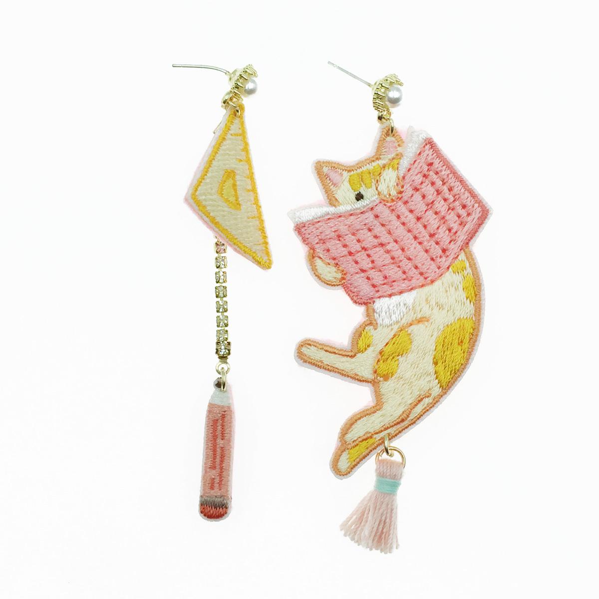 韓國 925純銀 不對稱 燙布貼 貓 書 水鑽珍珠 垂墜感 耳針式耳環