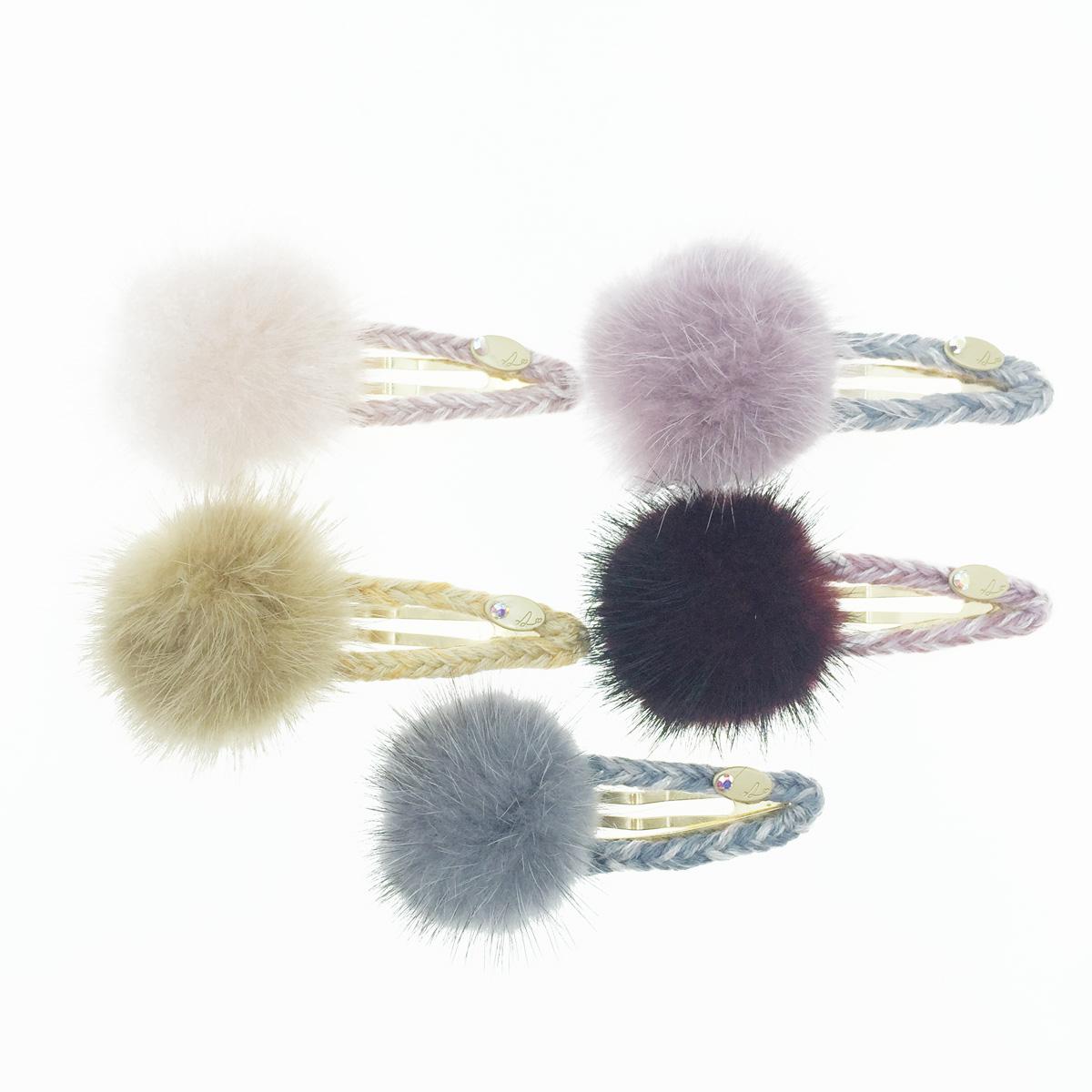 韓國 編織毛線 立體大毛球 5色 簍空 水鑽金吊牌 髮飾 彈力夾 髮夾