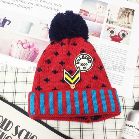 兒童毛帽 針織 拚色 條紋 木頭小熊鈕扣 可愛 箭頭 徽章 字母 毛線球 紅色 冬季保暖毛帽 帽子